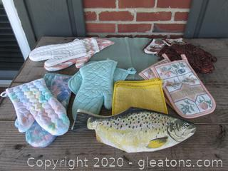 Lot of Oven Mitts (10) / Pot Holders (3) / Placemats (6)