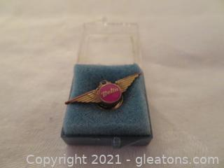 New In Box Delta Air Lines Fifteen Year Service Pin (Pre 1978) With Emerald (B)
