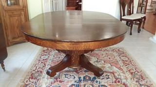 Beautiful Tiger Oak Pedestal Dining Room Table with 2 Leaves