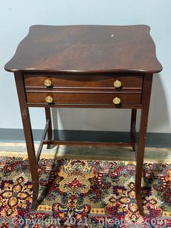 Federal Style End Table in Mahogany Look Finish, Brass-Style Handles, 1 Drawer