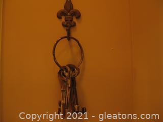 Wrought Iron Fleur-de-Lis Wall Hanger with 4 Keys