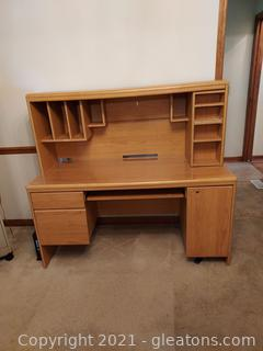 Sturdy Computer Desk with Hutch