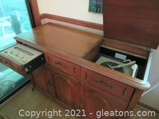 Ravenswood Turntable and Radio in Wooden Cabinet