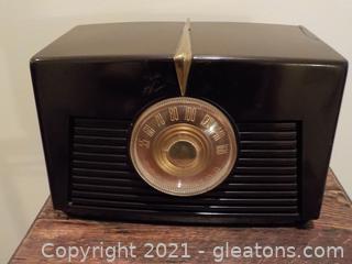 Vintage RCA Victor Small Table Radio