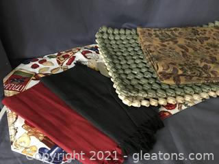 6 placemats in sets of two, two napkins