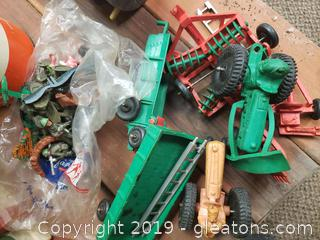 Vtg. Farmhouse/Army Men Toys