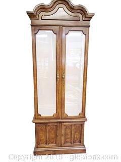 Beaufiul Upright Curio Cabinet Thomasville