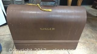 VINTAGE SINGER SEWING MACHINE IN WOOD BOX WITH KEY (OWNER SAYS IT WORKS GREAT)